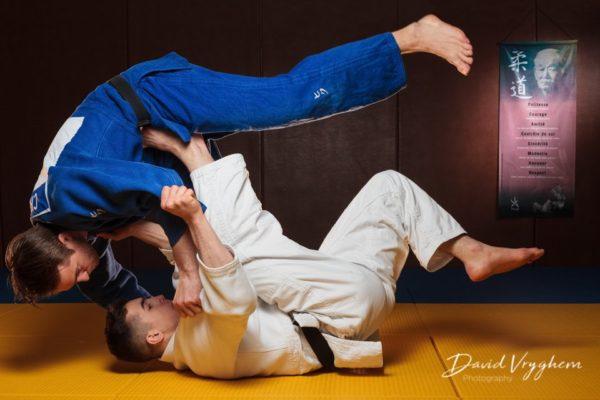 Image de Judo avec Naim Matt (en blanc) et Mike Chavannes (en bleu)